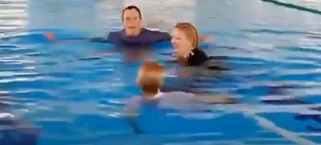 Részegen, ruhában fürödtek a strand medencéjében! / VIDEO /